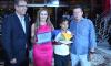 A diretora Marisa e o estudante Caio Guilherme receberam a placa de homenagem pela conquista do Prêmio Gestão Escolar 2017