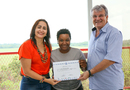 Mariana Pacheco recebe certificado das mãos da secretária Patrícia e do presidente da ASSAVI, Glaucio Coraiola