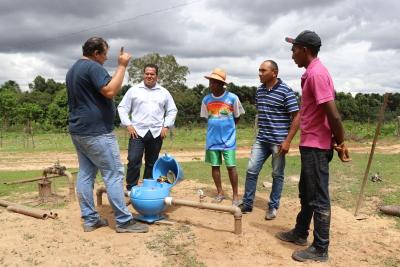 Equipe da ATS durante instalação do sistema de tratamento de água