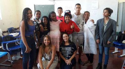 Alunos que realizaram a peça com a professora de Língua Portuguesa que os orientou durante o trabalho