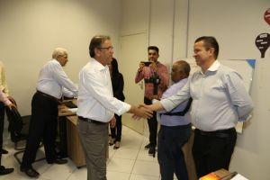 Servidor Mábio Viana recebendo os cumprimentos dos gov. Marcelo Miranda.jpeg