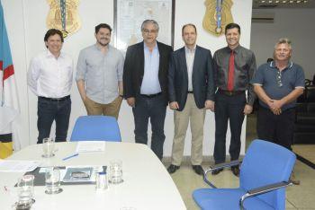 Secretário César Simoni, à direita, assina termo de cooperação com a UFT