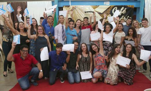 Centro de Ensino Médio de Taquaralto lança livro com textos de alunos