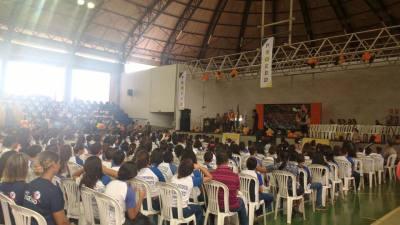 Foto 2- A companhia de teatro e circo Os Kaco animaram a criançada na manhã desta quarta-feira_400.jpg