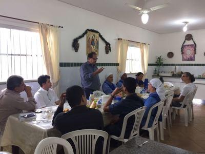 Foto 1 - Deputado Eli Borges que auxilia financeiramente a entidade falou algumas palavras emcionantes para os acolhidos.jpeg