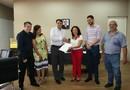 O secretário Alexandro de Castro recebeu o relatório das mãos da reitora da Unirg, Ladyr Sakay