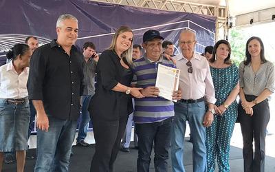 Durante a entrega de 300 títulos definitivos de imóveis em Palmas, Claudia Lelis ressaltou o compromisso do Governo com a regularização fundiária no Estado