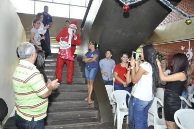 O Papai Noel carregando no saco de presentes uma menagem de amor