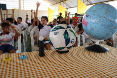 Crianças da Escola Municipal Padre Antônio interagem durante dinâmica