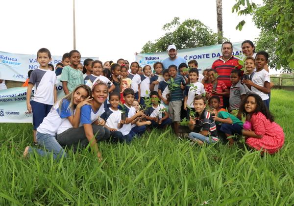 Após caminhada ecológica, crianças realizam plantio de mudas