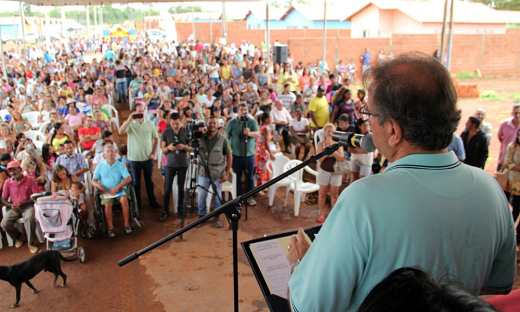 O governador homenageou os servidores públicos envolvidos no trabalho de regularização fundiária e destacou que o resultado é fruto de um trabalho em conjunto