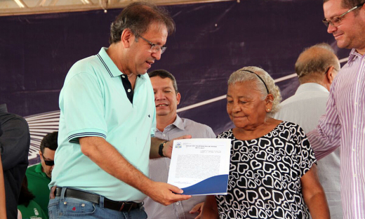 Ao entregar os títulos aos moradores beneficiados, Marcelo Miranda ressaltou que a regularização fundiária no Tocantins é política de inclusão social e promoção de cidadania