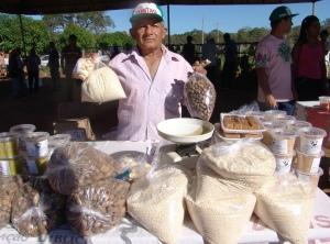 Produtores comercializar produtos como hortaliças, frutas, farinha, doces e bolos típicos