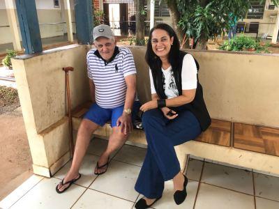 Subprocuradora do Centro de Estudos, Elyane Monteiro, conversando com um dos idosos