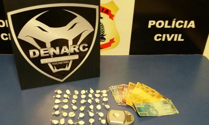 No imóvel utilizado como boca de fumo pelo suspeito preso, policiais civis apreenderam dezenas de porções de cocaína de alta pureza, balança de precisão e dinheiro