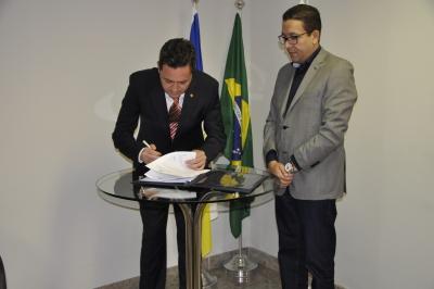 Defensor geral,Murilo da Costa assinando o Termo