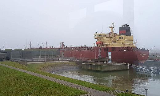 O Porto de Amsterdã não só é a porta de entrada dos navios que vem do oceano, mas principalmente é responsável pela distribuição, em barcaças por meio do Rio Reno, de toda essa mercadoria pela Europa