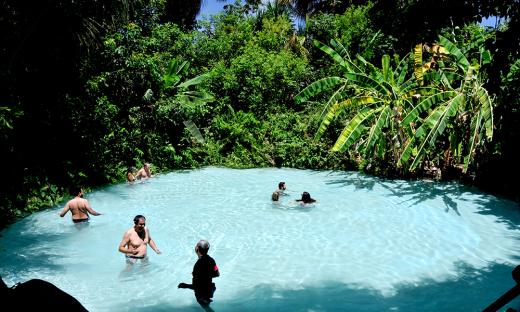 Os fervedouros são locais onde os visitantes tomam banham e não conseguem afundar