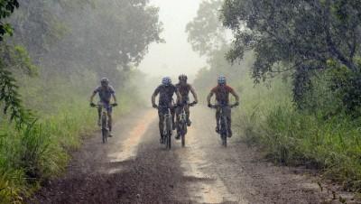 Ciclistas durante a Volta ao Lago