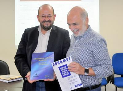 Na ocasião Dr. Fábio entregou um Atlas de acidentes de trânsito 2017 ao Secretário da Saúde - Fernanda Veloso.JPG