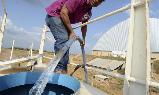 Caminhões-pipa levam água às regiões onde há problemas na captação de água