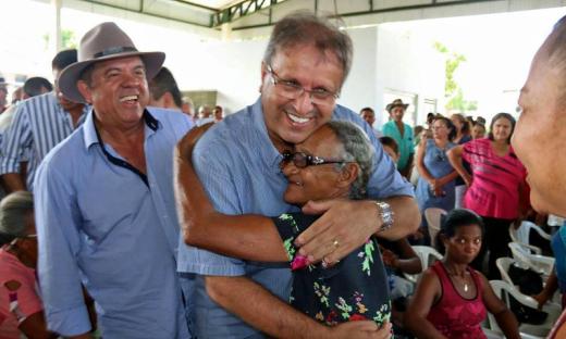 Marcelo Miranda recebeu o carinho da população de Pindorama, região sudeste, e afirmou que eles poderão ter muito mais que água, podendo aumentar a renda familiar, seja no cultivo da terra ou por outras atividades com as cisternas e barraginhas