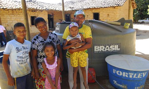 """Valdinéia Santos, moradora de Nova Fazenda, em Natividade, afirmou que a vida da sua família mudou depois da instalação da cisterna. """"Depois que o Governo instalou a cisterna vivemos com mais qualidade"""""""