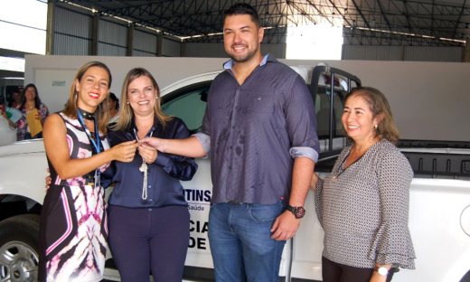 Claudia Lelis entregou duas pick-ups fumacê e dois furgões refrigerados para armazenamento e distribuição de imunobiológicos