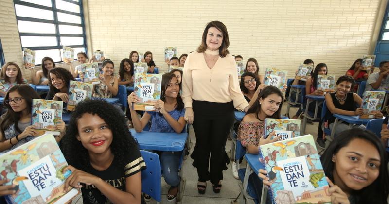 Os alunos do CEM Santa Rita receberam cadernos do estudante
