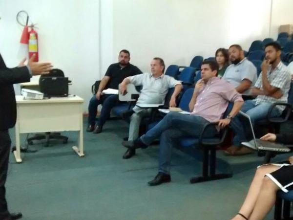 Representante da Fundecc/Universidade Federal de Lavras faz apresentação aos participantes