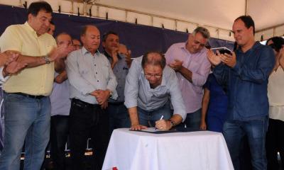 Governador também assinou ordem de serviço em trecho da rodovia, entre Tocantinópolis e o povoado Ribeirão Grande