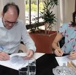 O reitor da UFT, Luis Eduardo Bovolato, a titular da Semarh, Meire Carreira, assinam o convênio para a etapa final do projeto