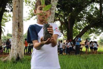 Dezenas de mudas nativas são plantadas durante a programação do Educa Sanear