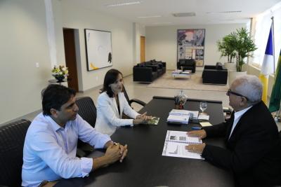 Secretária da Semarh, Meire Carreira e subsecretários, Fábio Lelis, entregam o PERS-TO para o presidente do Tribunal de Contas do Estado do Tocantins (TCE/TO), conselheiro Manoel Pires dos Santos