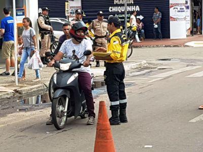 Motociclistas são orientados para a correta condução no trânsito