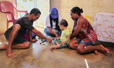 Sofia brincando com os pais Eliete e Gustavo