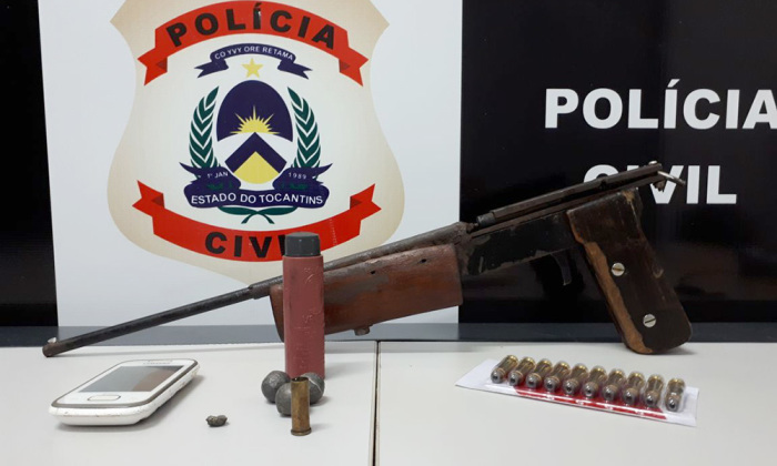 Além da prisão de dois suspeitos, policiais civis apreenderam uma arma de fabricação artesanal e munições