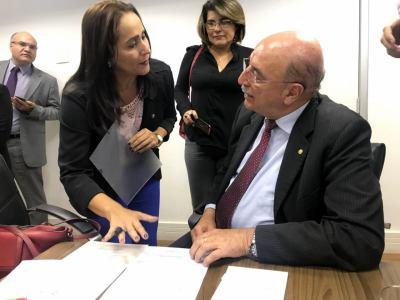 Secretária Patrícia do Amaral apresenta reivindicações dos municípios tocantinenses ao ministro Osmar Terra.