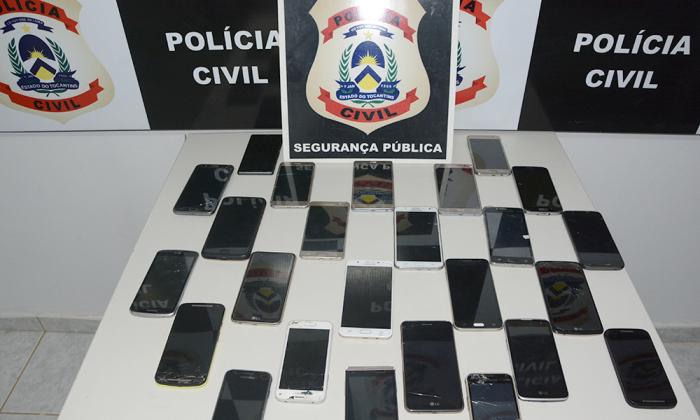 A Polícia Civil devolveu 26 aparelhos celulares que haviam sido roubados ou furtados e foram recuperados após investigações