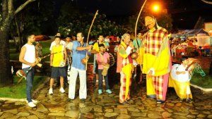 Em Taquaruçu o resgate cultural dos bonecos gigantes atraí visitantes e foliões