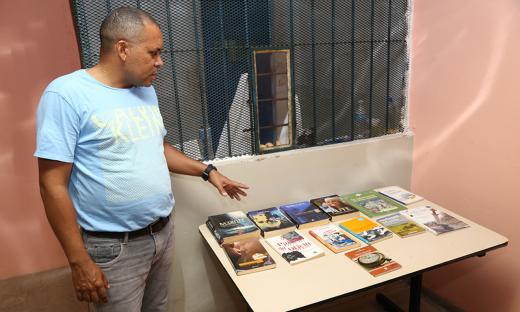 O diretor da CPPA Francisco Noleto apresenta os livros que são disponibilizados para a leitura dos presos