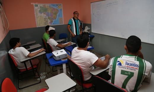 Na CPPA, os presos também têm aulas de matérias como história, geografia, matemática e português para que possam ter condições de tirar boa nota no Enem, no Encceja ou na EJA
