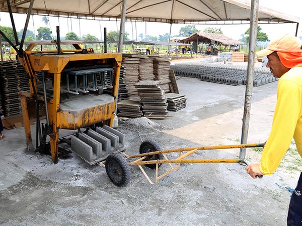 Na fábrica de blocos pré-moldados uma empresa parceira oferece aos detentos uma profissionalização e remuneração de ¾ do salário mínimo pelo trabalho realizado