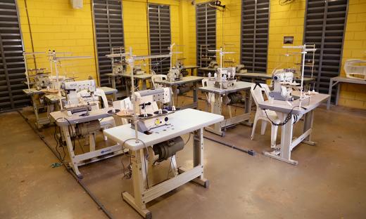 A fábrica de costura é o local onde detentos confeccionam peças para uma empresa de moda íntima