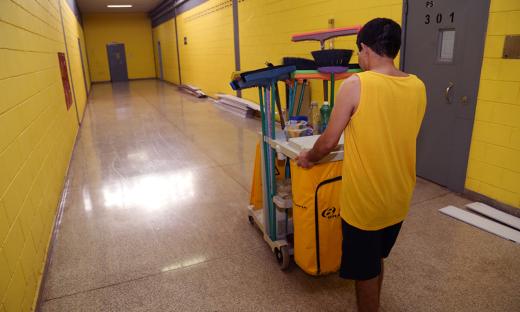Os detentos da unidade Barra da Grota também colaboram com a manutenção da limpeza do presídio