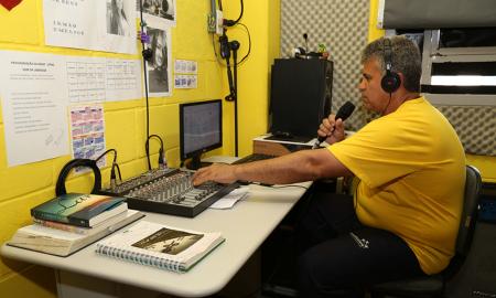 No projeto Ondas Sonoras, uma estação interna de rádio foi instalada dentro do presídio