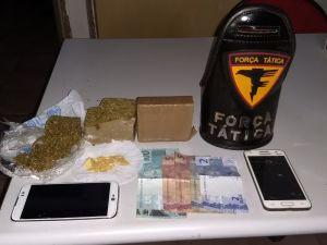 Drogas e dinheiro apreendidos pela PM em Araguatins_300.jpg