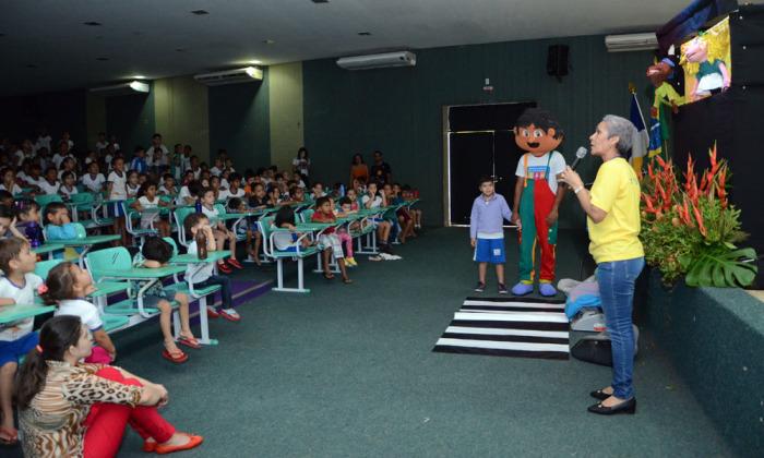 O boneco Doninho interagiu com a criançada, chamando a atenção dos pequenos para o tema trânsito.