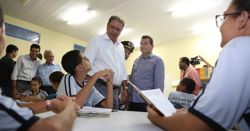 Governador Marcelo Miranda conversa com alunos na biblioteca
