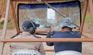 Na instrução, são repassados os fundamentos básicos de tiro, procedimentos de segurança, manuseio e manutenção do armamento, além da aplicação de pistas dinâmicas de tiro, simulando situações de ocorrências reais